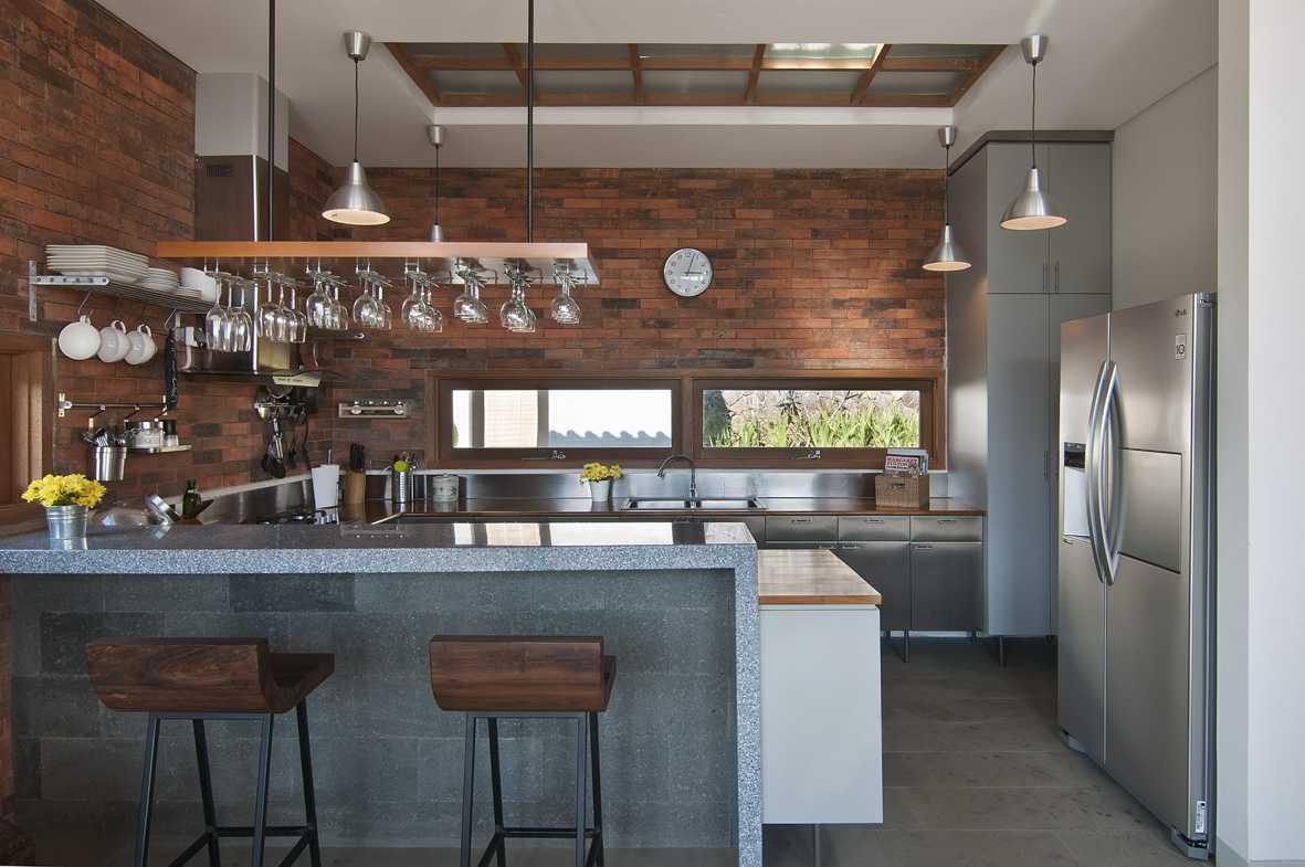 Foto inspirasi ide desain dapur tropis Kitchen oleh erwin kusuma di Arsitag