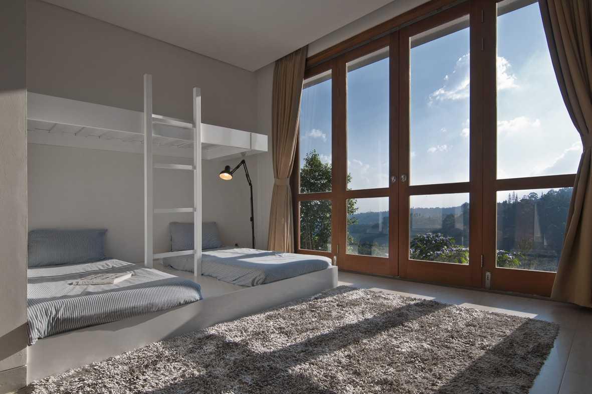 Foto inspirasi ide desain kamar tidur tropis Bedroom oleh erwin kusuma di Arsitag