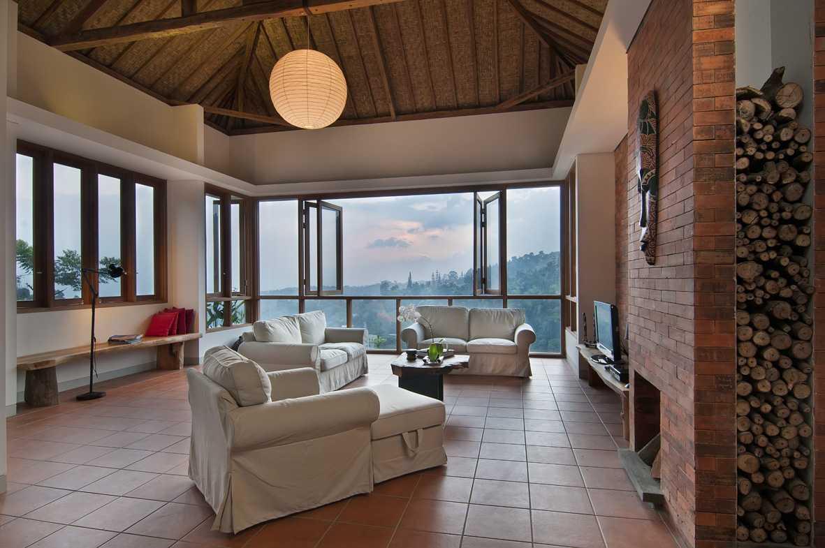 Erwin Kusuma Sunset Villa Bandung Bandung Livingroom Tropis 9683