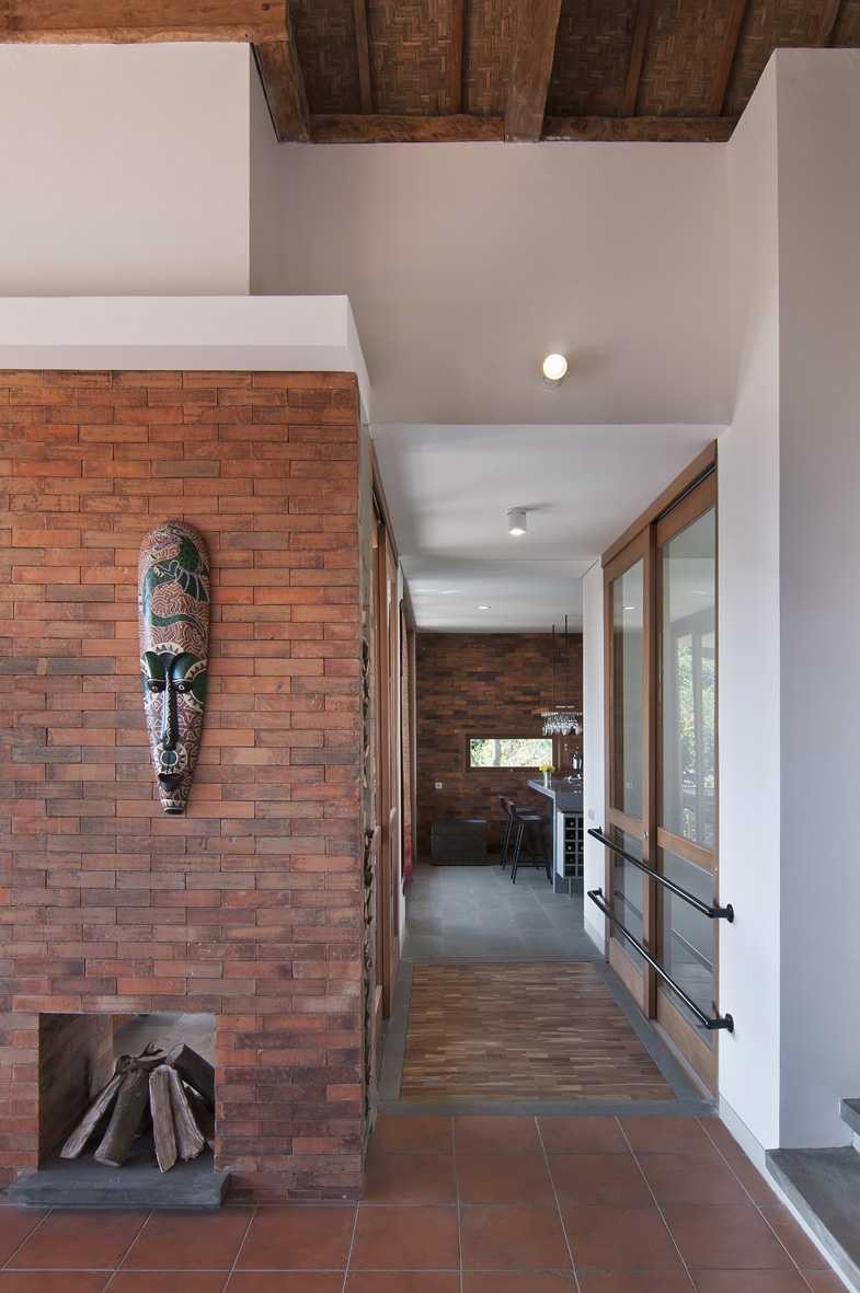 Foto inspirasi ide desain koridor dan lorong tropis Corridor oleh erwin kusuma di Arsitag