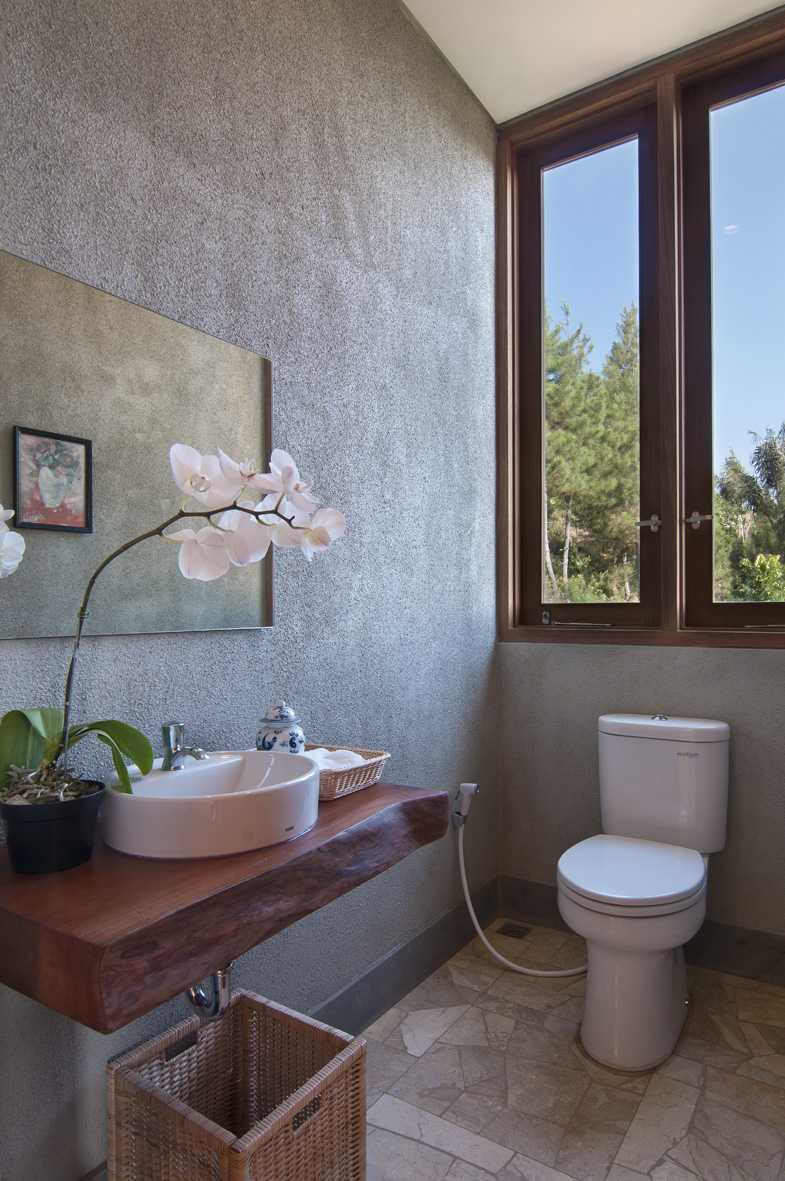 Erwin Kusuma Sunset Villa Bandung Bandung Toilet Tropis 9685