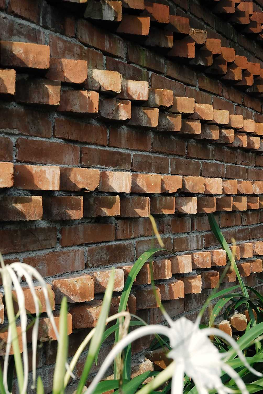Foto inspirasi ide desain rumah Brick wall details oleh erwin kusuma di Arsitag