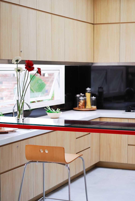 Foto inspirasi ide desain dapur modern Kitchen room oleh erwin kusuma di Arsitag