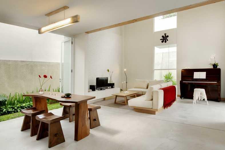 Foto inspirasi ide desain ruang keluarga Family room oleh erwin kusuma di Arsitag
