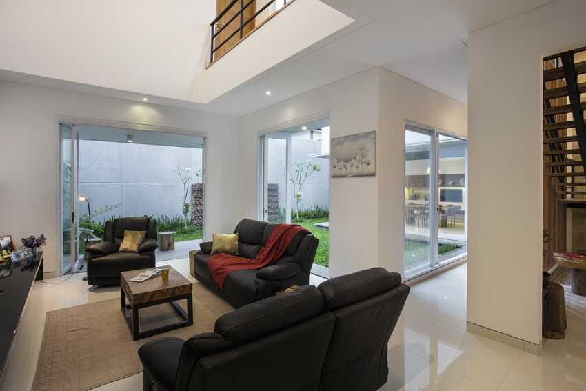 Foto inspirasi ide desain ruang keluarga kontemporer Living room oleh erwin kusuma di Arsitag