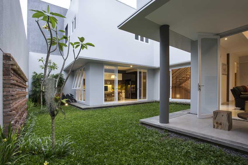 Erwin Kusuma Kbp House Bandung Bandung Backyard View Kontemporer 9789