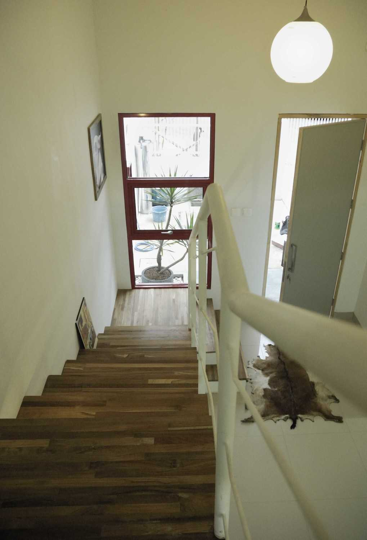 Foto inspirasi ide desain tangga skandinavia Stairs oleh erwin kusuma di Arsitag