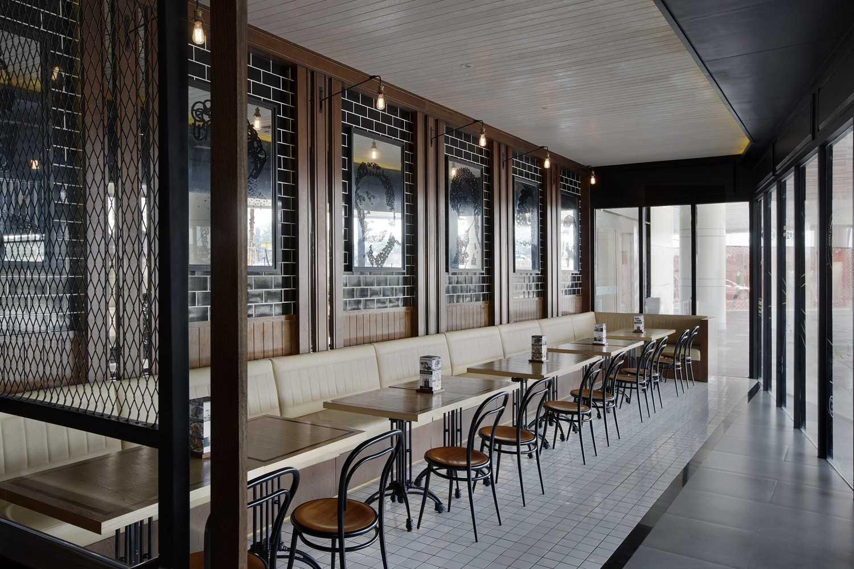 Foto inspirasi ide desain restoran kontemporer Seating area restaurant oleh HighStreetStudio di Arsitag