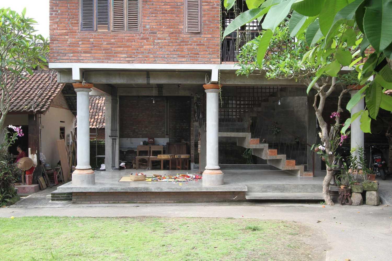 Ddap Architect Vertical Courtyard House Jl. Hanoman, Ubud, Kabupaten Gianyar, Bali 80571, Indonesia Jl. Hanoman, Ubud, Kabupaten Gianyar, Bali 80571, Indonesia Exterior View Traditional 44408