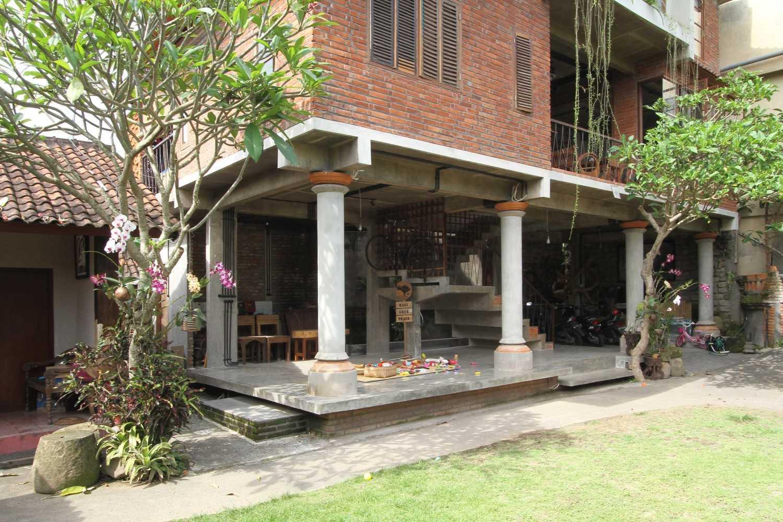Ddap Architect Vertical Courtyard House Jl. Hanoman, Ubud, Kabupaten Gianyar, Bali 80571, Indonesia Jl. Hanoman, Ubud, Kabupaten Gianyar, Bali 80571, Indonesia Exterior View Tradisional 44409