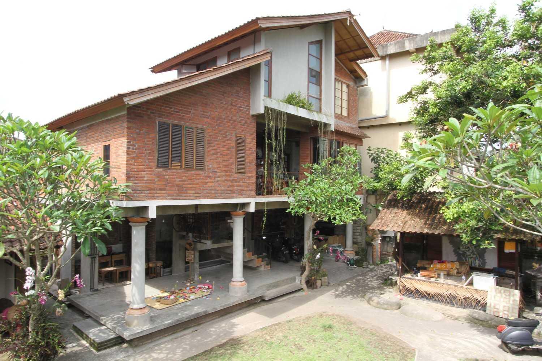 Ddap Architect Vertical Courtyard House Jl. Hanoman, Ubud, Kabupaten Gianyar, Bali 80571, Indonesia Jl. Hanoman, Ubud, Kabupaten Gianyar, Bali 80571, Indonesia Exterior View Tradisional 44410