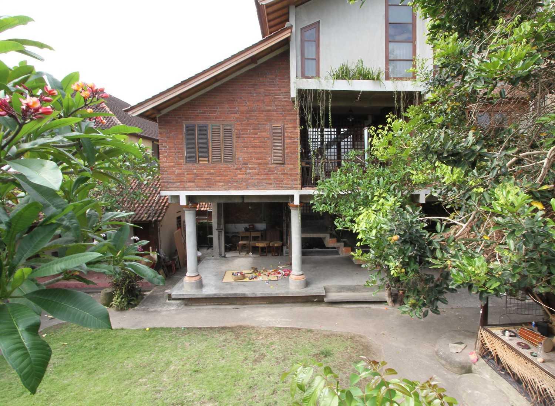 Ddap Architect Vertical Courtyard House Jl. Hanoman, Ubud, Kabupaten Gianyar, Bali 80571, Indonesia Jl. Hanoman, Ubud, Kabupaten Gianyar, Bali 80571, Indonesia Exterior View Tradisional 44411