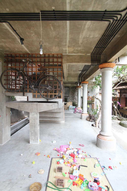 Ddap Architect Vertical Courtyard House Jl. Hanoman, Ubud, Kabupaten Gianyar, Bali 80571, Indonesia Jl. Hanoman, Ubud, Kabupaten Gianyar, Bali 80571, Indonesia Interior View Tradisional 44412