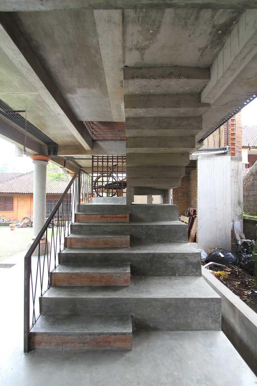 Ddap Architect Vertical Courtyard House Jl. Hanoman, Ubud, Kabupaten Gianyar, Bali 80571, Indonesia Jl. Hanoman, Ubud, Kabupaten Gianyar, Bali 80571, Indonesia Staircase Tradisional 44414