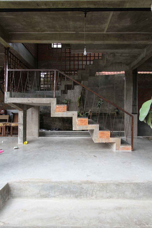 Ddap Architect Vertical Courtyard House Jl. Hanoman, Ubud, Kabupaten Gianyar, Bali 80571, Indonesia Jl. Hanoman, Ubud, Kabupaten Gianyar, Bali 80571, Indonesia Staircase Tradisional 44415