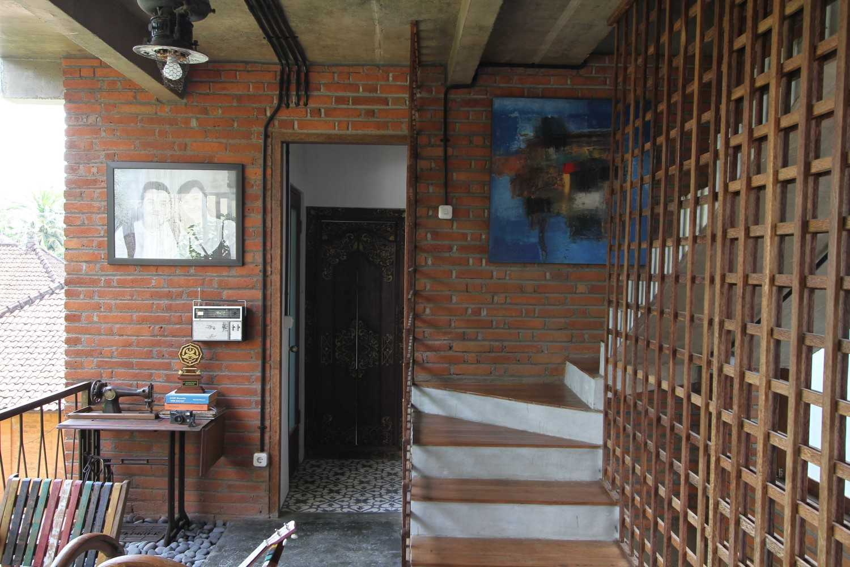 Ddap Architect Vertical Courtyard House Jl. Hanoman, Ubud, Kabupaten Gianyar, Bali 80571, Indonesia Jl. Hanoman, Ubud, Kabupaten Gianyar, Bali 80571, Indonesia Interior View Tradisional 44416
