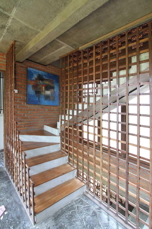 Ddap Architect Vertical Courtyard House Jl. Hanoman, Ubud, Kabupaten Gianyar, Bali 80571, Indonesia Jl. Hanoman, Ubud, Kabupaten Gianyar, Bali 80571, Indonesia Staircase Tradisional 44417