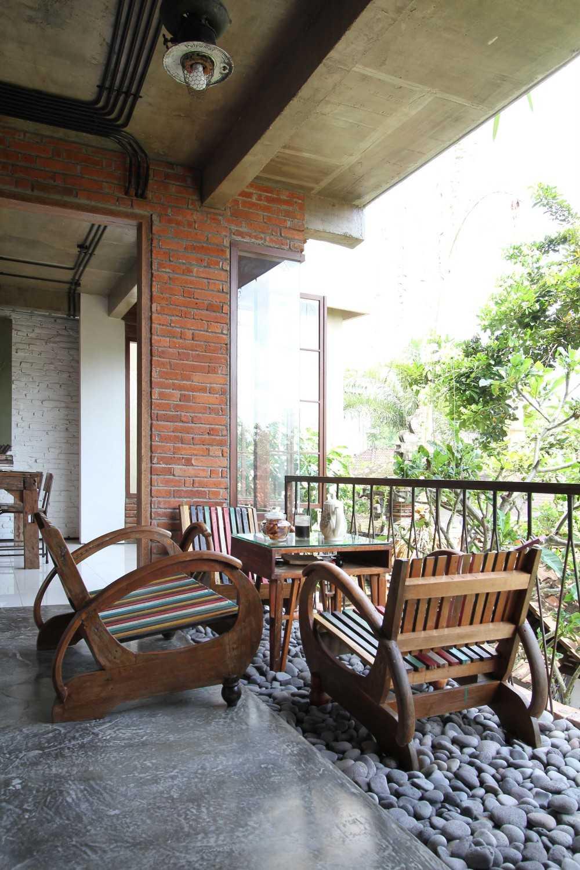 Ddap Architect Vertical Courtyard House Jl. Hanoman, Ubud, Kabupaten Gianyar, Bali 80571, Indonesia Jl. Hanoman, Ubud, Kabupaten Gianyar, Bali 80571, Indonesia Staircase Tradisional 44418