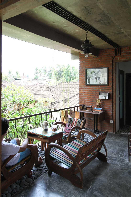 Ddap Architect Vertical Courtyard House Jl. Hanoman, Ubud, Kabupaten Gianyar, Bali 80571, Indonesia Jl. Hanoman, Ubud, Kabupaten Gianyar, Bali 80571, Indonesia Living Room Industrial 44419