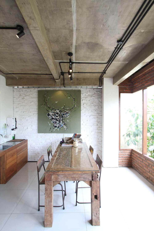 Foto inspirasi ide desain ruang makan tradisional Dining room oleh DDAP Architect di Arsitag