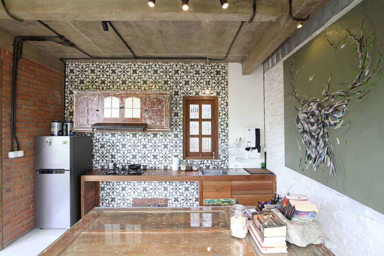 Ddap Architect Vertical Courtyard House Jl. Hanoman, Ubud, Kabupaten Gianyar, Bali 80571, Indonesia Jl. Hanoman, Ubud, Kabupaten Gianyar, Bali 80571, Indonesia Kitchen Industrial 44421