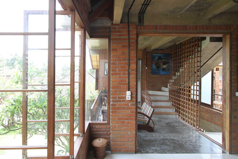 Ddap Architect Vertical Courtyard House Jl. Hanoman, Ubud, Kabupaten Gianyar, Bali 80571, Indonesia Jl. Hanoman, Ubud, Kabupaten Gianyar, Bali 80571, Indonesia Interior View Tradisional 44425