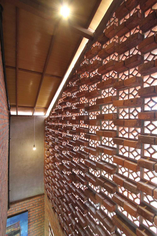 Ddap Architect Vertical Courtyard House Jl. Hanoman, Ubud, Kabupaten Gianyar, Bali 80571, Indonesia Jl. Hanoman, Ubud, Kabupaten Gianyar, Bali 80571, Indonesia Corridor Tradisional 44426