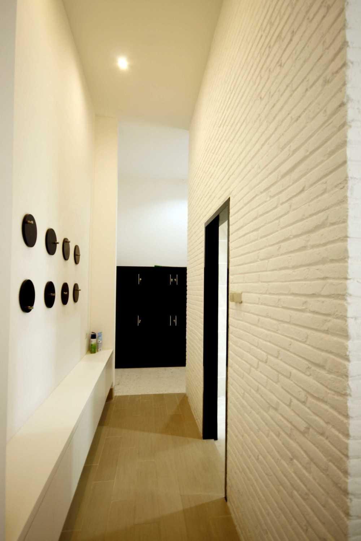 Foto inspirasi ide desain rumah Corridor room oleh KsAD di Arsitag