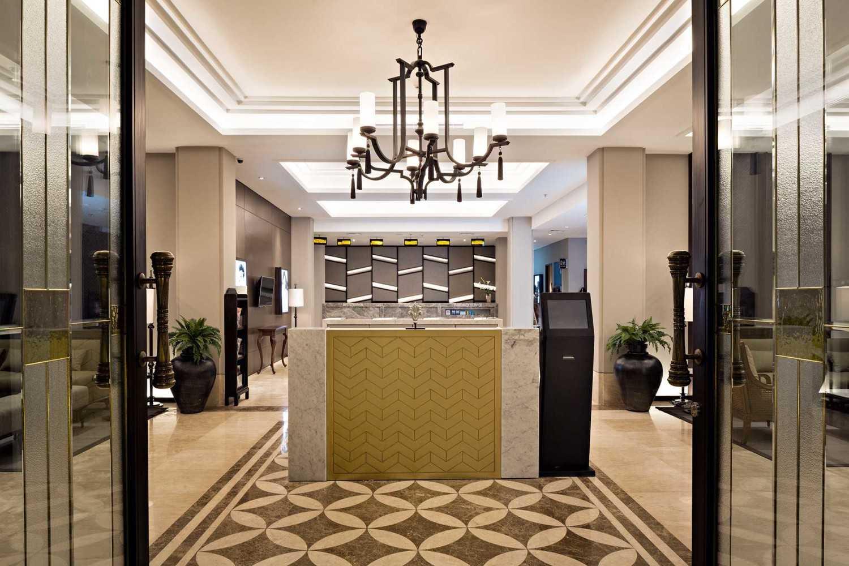 Foto inspirasi ide desain pintu masuk kontemporer Erha yogya receptionist oleh hmparchitects di Arsitag