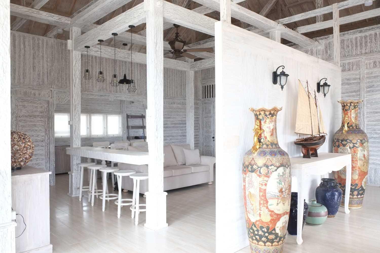 Foto inspirasi ide desain pintu masuk klasik Foyer and livingroom oleh iugo design di Arsitag