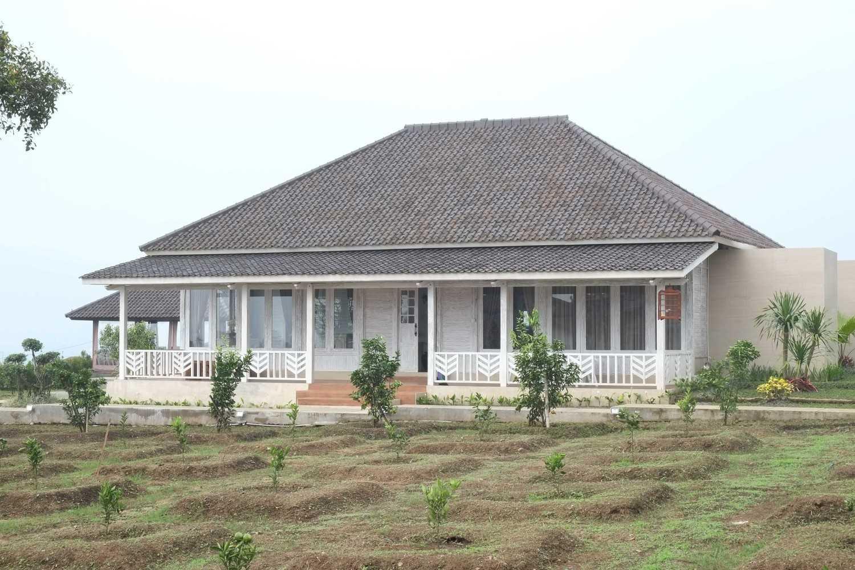 Iugo Design Villa At Lembang Bandung Bandung Front View Klasik 10378