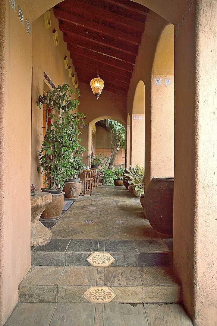 Foto inspirasi ide desain rumah Corridor oleh Shonny Archaul di Arsitag