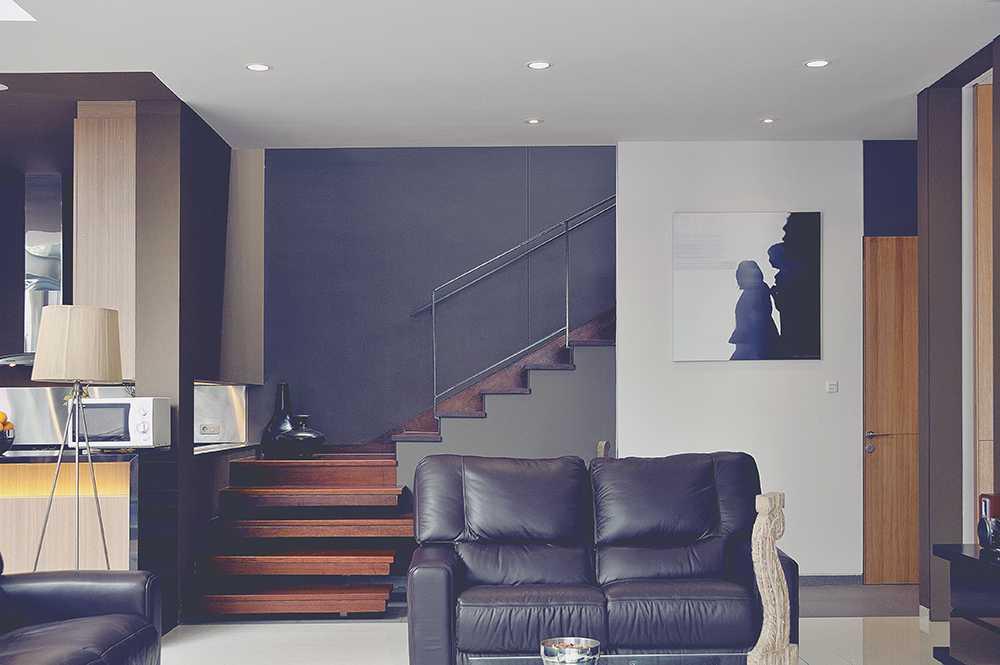 Foto inspirasi ide desain ruang keluarga Living room oleh MODERNSPACE di Arsitag