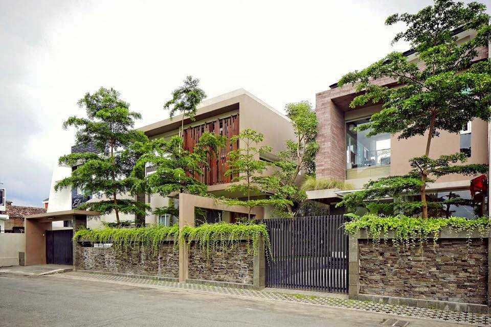 Foto inspirasi ide desain rumah Exterior view oleh HbArsitekPlus di Arsitag