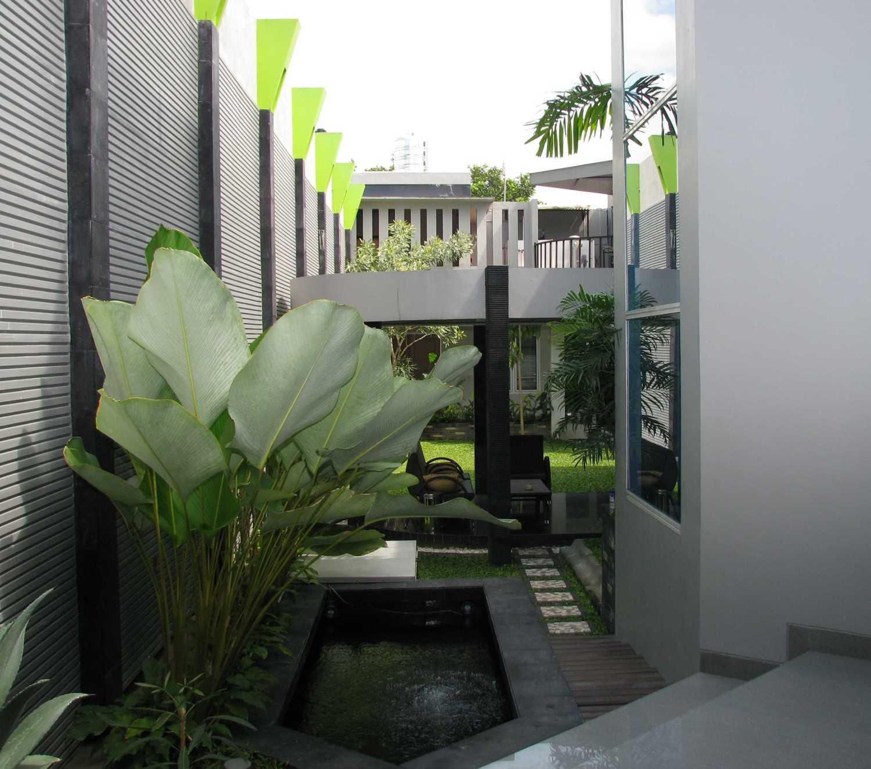 Foto inspirasi ide desain kolam kontemporer Pond oleh HbArsitekPlus di Arsitag