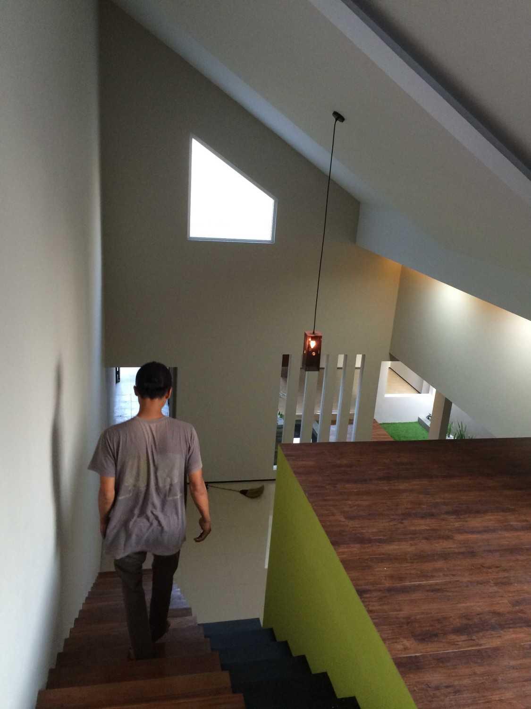 Foto inspirasi ide desain rumah minimalis Stairs oleh HbArsitekPlus di Arsitag