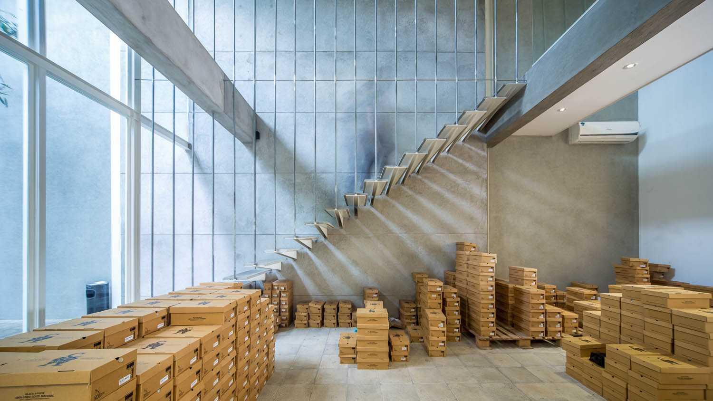 Foto inspirasi ide desain tangga industrial Stairs oleh RDMA di Arsitag
