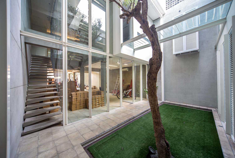 Foto inspirasi ide desain taman tropis Stairs and mini garden oleh RDMA di Arsitag