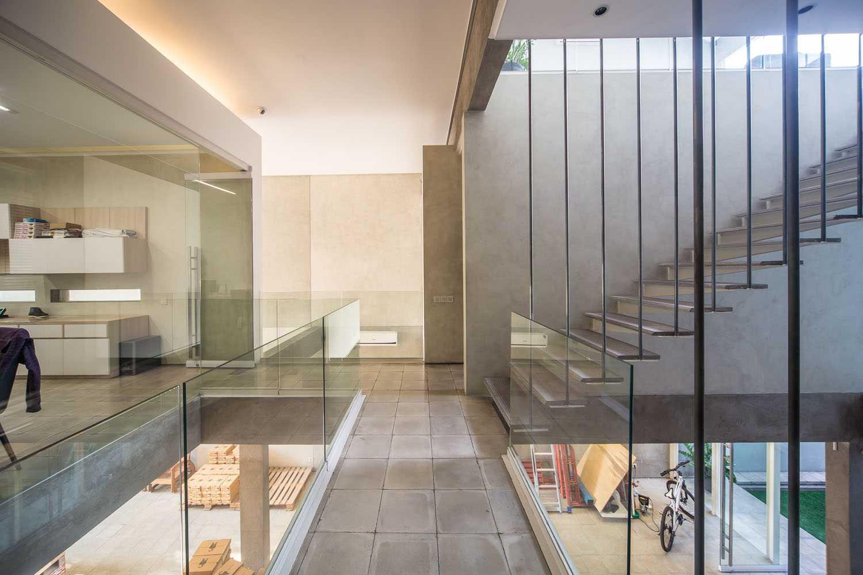 Foto inspirasi ide desain koridor dan lorong industrial 2nd floor corridor oleh RDMA di Arsitag