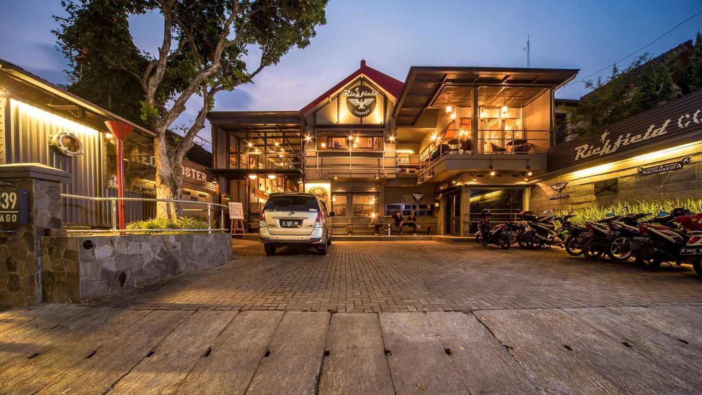 Foto inspirasi ide desain exterior industrial Front view oleh RDMA di Arsitag
