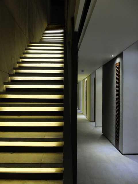 Foto inspirasi ide desain tangga tropis Stairs oleh RDMA di Arsitag
