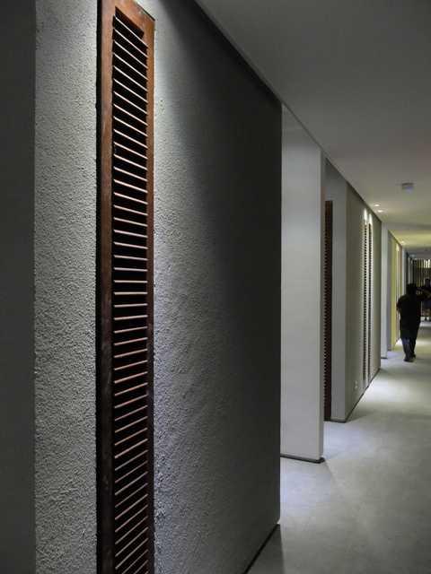 Foto inspirasi ide desain koridor dan lorong tropis Room corridor oleh RDMA di Arsitag