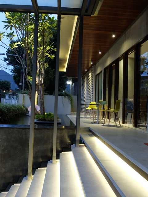Foto inspirasi ide desain pintu masuk tropis Entrance stairs oleh RDMA di Arsitag
