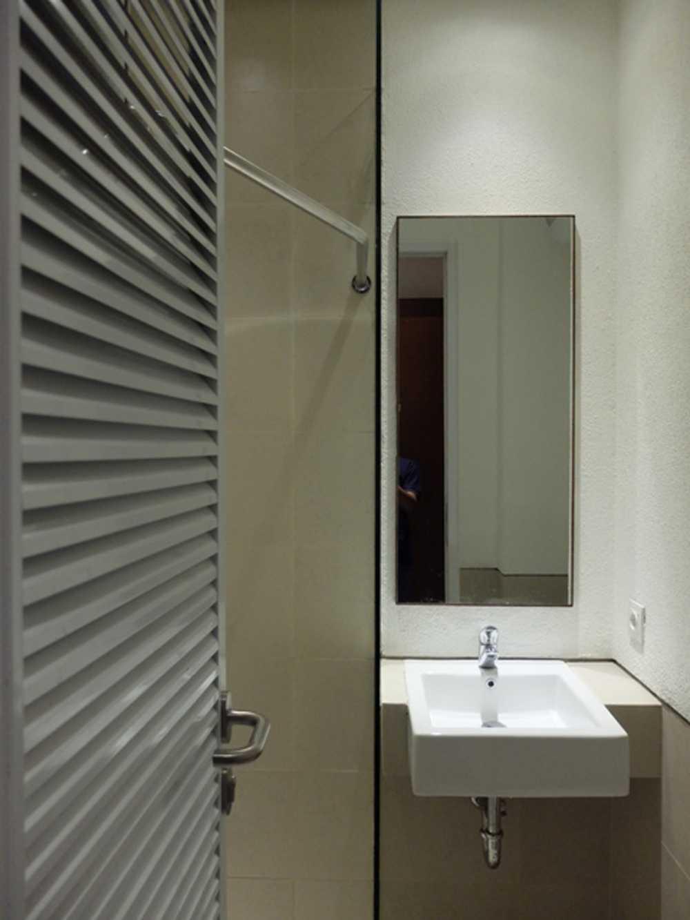 Foto inspirasi ide desain kamar mandi tropis Toilet oleh RDMA di Arsitag