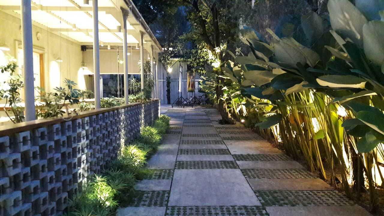 Foto inspirasi ide desain restoran Side area oleh RDMA di Arsitag