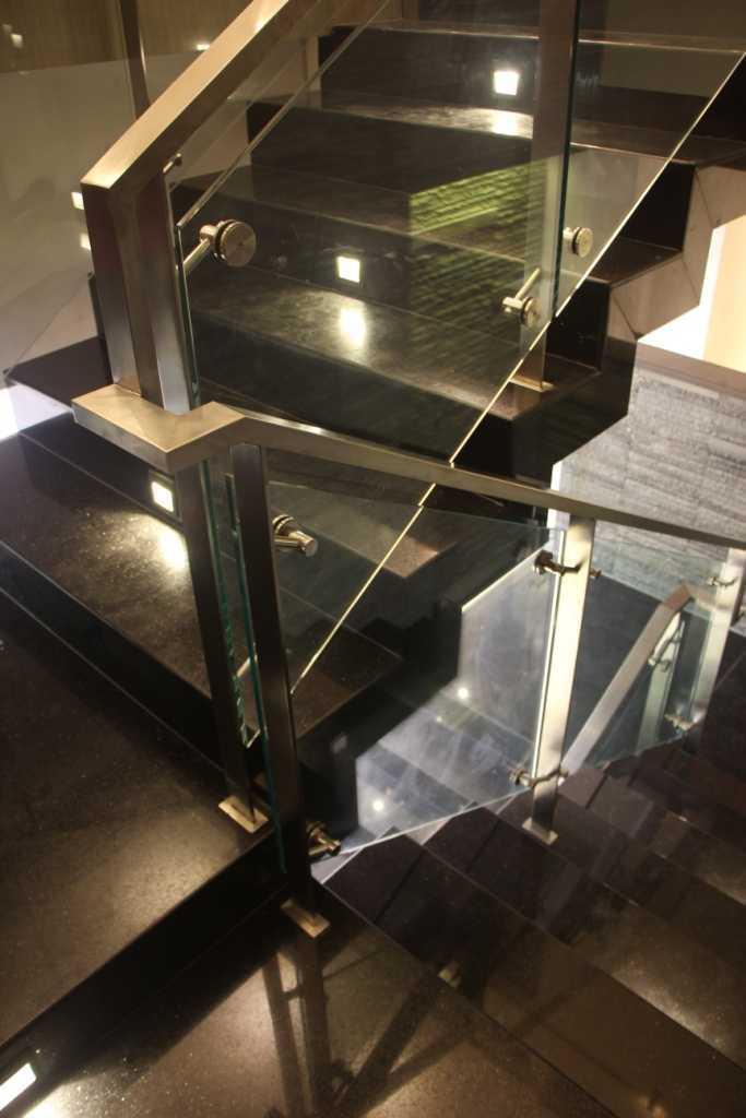 Foto inspirasi ide desain tangga klasik Stairs detail oleh Paulus Adi Budianto di Arsitag
