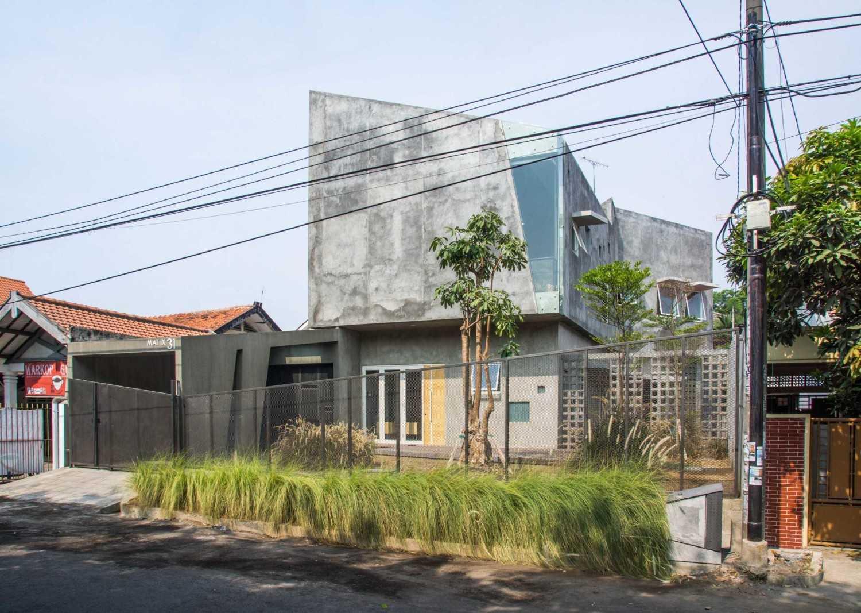 Andyrahman Architect Rumah Miring Surabaya, Indonesia Surabaya, Indonesia Exterior View Industrial 10984