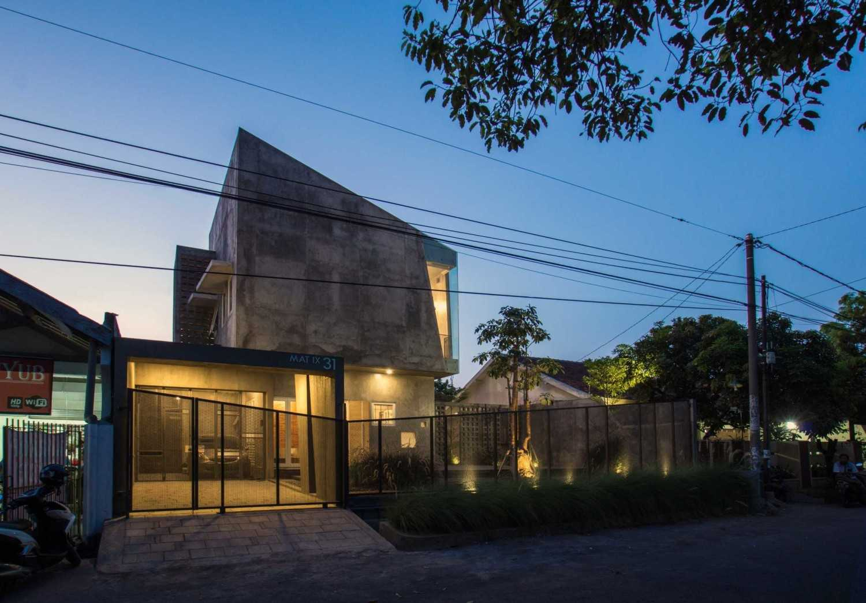 Andyrahman Architect Rumah Miring Surabaya, Indonesia Surabaya, Indonesia Exterior Night View Industrial 10985