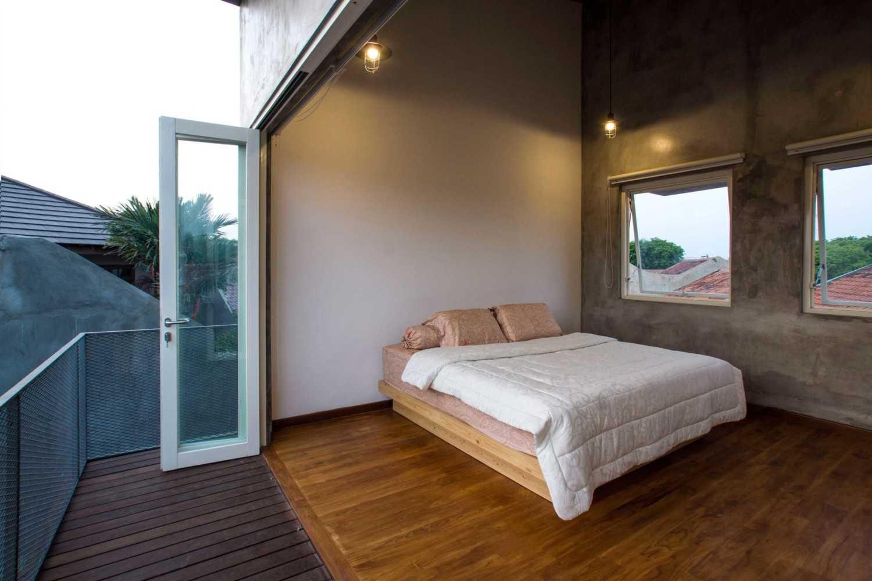 Andyrahman Architect Rumah Miring Surabaya, Indonesia Surabaya, Indonesia Master Bedroom Industrial 10987