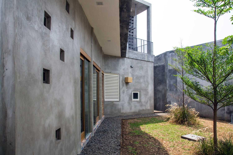 Foto inspirasi ide desain taman industrial Back garden oleh Andyrahman Architect di Arsitag